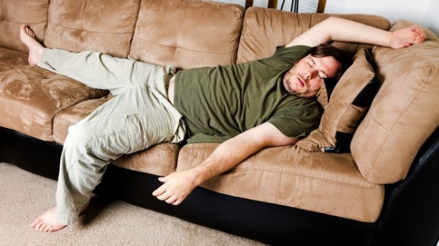dormire sul divano Dormire sul divano dopo pranzo allunga la vita